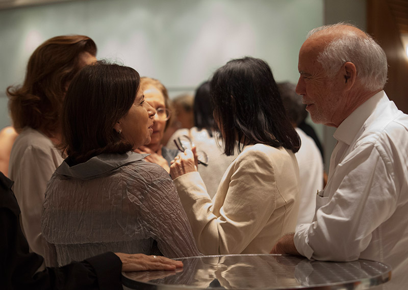 Vera Langoni que adorou a mesa e a peça e Roberto Ribeiro no intervalo
